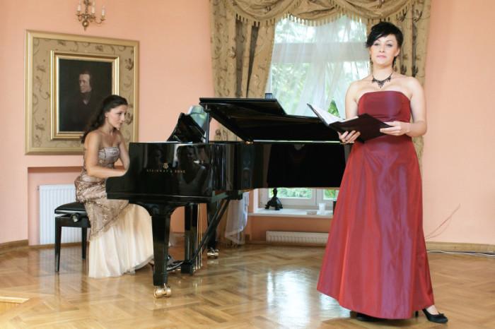 2010-08-15 Szafarnia; koncert - W holdzie Chopinowi, piesni polskie. Joanna Lukasik - fortepian; Magdalena Skawinska - sopran / fot. Malgorzata Sieracka