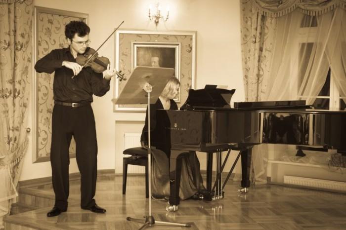 2011-01-23 Szafarnia; Koncert ma skrzypce i fortepian Izabela Duliñska - fortepian, Wojciech Bolsewicz - skrzypce  ; fot. Tomasz Sieracki / PAFT