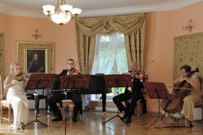 """Szafarnia - 2010-08-01 - Koncert """"Magiczne Skrzypce"""". Arte con brio - kwartet smyczkowy. fot. Tomasz Koryl / PAFT"""
